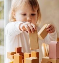 meisje bouwt